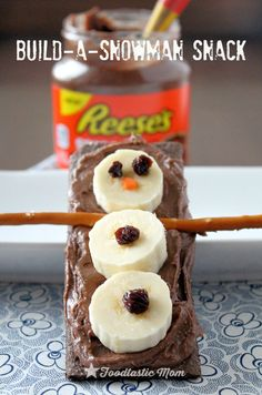 Build-a-Snowman Snack with Reese's Spreads - Foodtastic Mom Preschool Snacks, Fun Snacks For Kids, Kid Snacks, Kindergarten Snacks, Animal Snacks, Kid Lunches, Fruit Snacks, Lunch Snacks, School Lunches