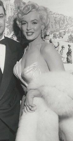 Marilyn at the Photoplay Awards, March 1954.