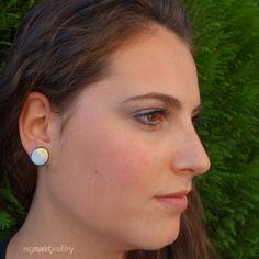 Puces d'oreilles rondes pastel bleues ciel et dorées, par Mysweetjewelry. http://www.alittlemarket.com/boucles-d-oreille/fr_puces_rondes_bleues_ciel_et_dorees_-9586997.html
