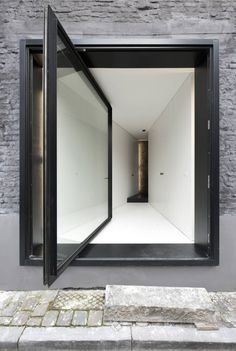 An Alternative to the Sliding Door: 12 Pivot Doors Leading to Patios in interior design architecture Category Diy Interior, Interior Architecture, Interior And Exterior, Interior Doors, Installation Architecture, Building Architecture, Porte Design, Door Design, Entrance Design