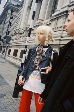 今、ランウェイをはじめとするモード業界を牽引する、90年代フィーリングなストリート。今季、ロンドンで出会ったロゴTやダウンジャケット、チョーカーなどのアイテムを巧みに着こなした最旬スタイルをお届け。 Grunge Fashion, Urban Fashion, Boho Fashion, Womens Fashion, Dress Codes, Leather Fashion, Fashion Pants, Cool Style, Cool Outfits