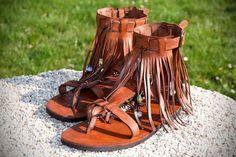 Handgemachte Ledersandale WOODSTOCK mit Fransen und Zierperlen /// Handmade leather sandals with fringes and beads