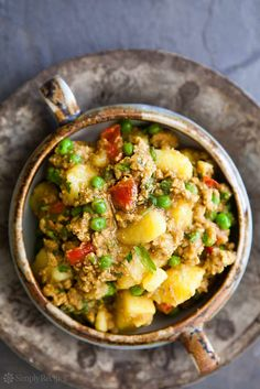 I want to try it with sweet potato - One-pot Curried Turkey by simplyrecipes: So EASY! Perfect for a midweek meal. Ground turkey sautéed with onions and garlic, then simmered with Indian seasonings, potatoes, tomatoes, and peas. Potato Recipes, Chicken Recipes, Turkey Curry, Indian Food Recipes, Ethnic Recipes, Indian Foods, Cooking Recipes, Healthy Recipes, Advocare Recipes