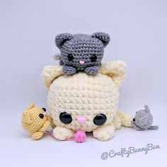 Cube Kitty Cat Free Crochet Pattern Super easy and fun free amigurumi pattern to make. It's so easy that you won't stop at one kitty. Designed to be as simple as possible without compromising on the cuteness. Crochet Cat Pattern, Crochet Amigurumi Free Patterns, Crochet Animal Patterns, Stuffed Animal Patterns, Cute Crochet, Crochet Dolls, Crochet Cats, Crochet Birds, Crochet Food
