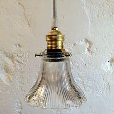 Petite lampe suspension luminaire abat jour transparent en verre moulé... http://www.lanouvelleraffinerie.com/plafonniers-suspensions-lustres/1288-petite-lampe-suspension-luminaire-abat-jour-transparent-en-verre-moule.html