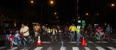 Decenas de ciclistas esperando su oportunidad para cruzar