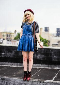 """Vestidos no modelo """"jardineira"""" estão com tudo nessa estação (e no verão também!!) Saiba + http://garotaretro.com/e-primavera-se-jogue-na-estacao-mais-fofa-do-ano-com-looks-de-arrasar/"""