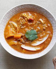 http://www.elle.fr/Elle-a-Table/Recettes-de-cuisine/Soupe-mulligatowny-express-2661656      2 blancs de poulet 2 carottes 2 patates douces 1 oignon 100 g de riz basmati 50 g de lentilles vertes       1 bocal de sauce tikka masala (patak's) 30 cl d'eau 1 pommecoriandrepiment frais beurre