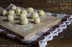 Gli gnocchetti di ricotta e parmigiano sono degli sfiziosi gnocchetti, o meglio delle chicche, velocissime da preparare senza patate e senza uova. Ricetta..