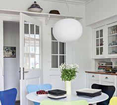 Keittiöön tulee runsaasti valoa myös eteisestä lasioven ja ikkunaruutujen läpi. Oven päällä oleva hyllytaso ja puiset keittiökaapit ovat alkuperäiset.