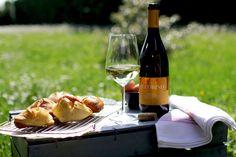 Qui in Abruzzo la Pasqua porta con sé una tradizione che si tramanda di famiglia in famiglia: il dono del Fiadone. Un cuore di formaggio rigatino, uova e spezie avvolto da una sfoglia a forma di raviolo, ideale per il pranzo della domenica o per la scampagnata. Gli amanti dei sapori aggiungono salame e pecorino. Noi rilanciamo con il nostro Pecorino Terre di Chieti Igp. Buona #Pasqua e buon appetito da #CantinaTollo