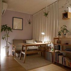 ワークランプや観葉植物の裏から照らされる照明が優しい陰影を作ってくれるお部屋です。小物の裏からの照明、ぜひお試しください♪