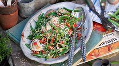 Bogactwo składników i smaków ukryte w kolorowych surówkach, sałatkach oraz kompozycjach z owocami morza i mięsem.
