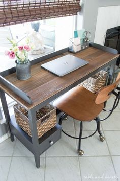 Transform a boring old desk with FAT artisan chalk paint and some reclaimed wood to make this rustic wood topped desk! Transform a boring o Rustic Wood Crafts, Diy Rustic Decor, Rustic Design, Vintage Home Decor, Silver Furniture, Rustic Wood Furniture, Country Furniture, Painted Furniture, Old Door Desk