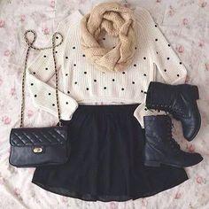 Botas, falda y bolsa negra.
