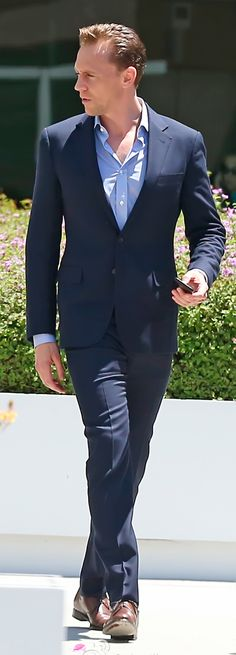 Tom Hiddleston all-dressed up as he leaves an office building in Los Angeles on August 12, 2016. Source: Torrilla, Weibo. Click here for full resolution: http://ww4.sinaimg.cn/large/6e14d388gw1f6tbptko38j210h1ipkjl.jpg