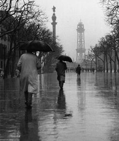 vintage everyday: Amazing Black & White Photos of Street Scenes of Madrid and Barcelona in the Barcelona City, Barcelona Catalonia, Roca Barcelona, Black White Photos, Black And White Photography, Vintage Photography, Street Photography, Walking In The Rain, Rainy Days