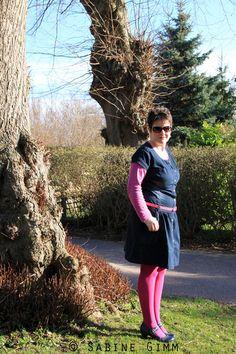 Jeans mal anders Mit Jeans verbinden die meisten Menschen die klassische Jeanshose. Dabei gibt es so viele andere Möglichkeiten, Jeans zu tragen.  Wie wäre es mit einem Jeanskleid? Ich bin bei Bonxprix fündig geworden. Das Kleid habe ich mit Pink aufgepeppt, diemal allerdings nicht so knallig, sondern mit dem Farbton Fuchsia. Passend dazu der Gürtel in Pink und blaue Pumps.  Die Ohrringe aus Strass findet ihr in meinem Schmuckblog.  Ich wünsche euch einen wunderschönen sonnigen ...