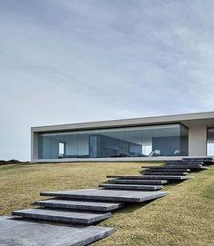 """🔴 Me diga o que você acha sobre o minimalismo na forma de projetar. . . Esta residência na Austrália é incrível por ser tão """"simples"""". Enormes aberturas valorizam a iluminação e a vista para a costa. . As divisões internas são concebidas através do mobiliário. . Projeto de FGR Architects @fgrarchitects . . Junte-se a milhares de profissionais da construção. Seja um ZAVENO você também, cadastre-se em www.zaveno.com/assine"""