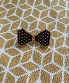 Why do I like bows now? Seed Bead Art, Seed Bead Jewelry, Beaded Jewelry, Loom Patterns, Beading Patterns, Brick Stitch Earrings, Beadwork Designs, Beaded Crafts, Beaded Animals