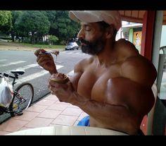 Brasileiro injeta óleo para formar músculos e ganha corpo bizarro -