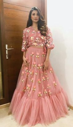 croptop trouwjurk Daisy shah style Baby Pink Ruffle Skirt With Embroidery work Crop Top Indian Wedding Gowns, Indian Gowns Dresses, Pakistani Dresses, Wedding Dresses, Designer Party Wear Dresses, Indian Designer Outfits, Designer Gowns, Stylish Dresses, Fashion Dresses