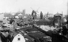 Tegnérlunden från väster med gamla och nya Barnhusväderkvarnarna. Bebyggelsen revs kring 1890. I bakgrunden syns bygget av Johannes kyrka som invigdes i maj 1890.  Upphov: Izos SSM
