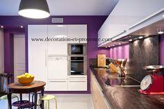 Décoration d'intérieur. Cuisine contemporaine très colorée violette purple. Bois naturel. Plan de travail en pierre noire. Nathalie Vingot Mei. www.decoration-et...