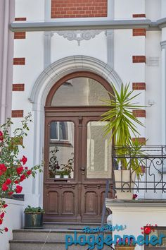 Zur Gründerzeit Fassade gehört auch immer die passende Tür. Die darf bei einer Fassadensanierung natürlich nicht fehlen! Mirror, Furniture, Home Decor, Decoration Home, Room Decor, Mirrors, Home Furnishings, Home Interior Design, Home Decoration
