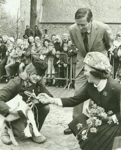 Prins Claus en Prinses Beatrix, die hier een geit aangeboden krijgen, tijdens een werkbezoek aan Oldeberkoop (26368)