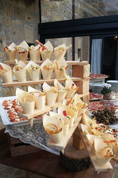 Great way to display finger foods at your wedding aperitif buffet! Structure realized with pallets to place cones with fried vegetables