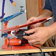 Incliner la table en desserrant la molette Scroll Saw, Dremel, Outdoor Power Equipment, Table, Animation, Boutique, Sexy, Decor, Tools