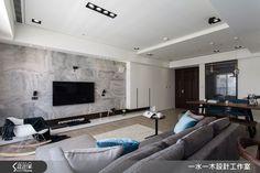 設計師為將 28 坪的雙人生活空間化繁為簡,除了以開放式設計使公共區域通透明亮,同時也將房間數量減至 2 房,提取最精粹的生活概念後,使設計回歸簡約的空間本質。設計重點從簡單俐落的線條開始,搭配自然光線與輕淺色調的材質運用,為整體空間營造清新自然的氛圍,雖然簡單卻不失溫馨感。純白吊櫃自玄關延伸,與天