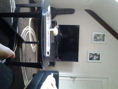 Voilà un petit salon avec 2 canapés,1 grande télé et 1 table avec une déco !Quoi de mieux pour profiter de la vie ?!