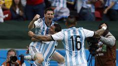 FESTEJO. Lionel Messi se abraza con Angel Di Maria mientras se acerca Marcos Rojo en el partido contra Nigeria. (Juan Manuel Foglia)