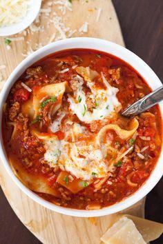 Die Lasagne-Suppe ist extrakäsig, würzig und vollgepackt mit typischen…