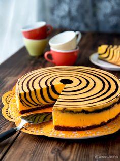 Hyydytetty tiikerikakku /Kahvikakkuna tunnettu tiikerikakku on vanha klassikko, mutta tällä kertaa kyse onkin hyydykekakusta. Moderni oranssi-mustaraidallinen tiikeri maistuu appelsiinilta ja lakritsilta. Tekniikka, jossa täytteitä kaadetaan vuoan keskelle vuorotellen, onkin monista aiemmista makuversioista tuttu. Finnish Recipes, Cake Recipes, Dessert Recipes, Good Food, Yummy Food, Homemade Cakes, International Recipes, Cooking Time, Food Inspiration