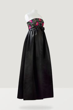 BALENCIAGA HAUTE COUTURE, 1958 A BLACK DUCHESSE SATIN EMPIRE LINE EVENING GOWN EMBROIDERED WITH CARNATIONS