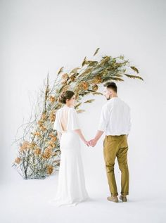 Oozing simplicity and elegance this organic styled shoot by ANNY DMITRIEVA features a warm neutral colour palette of honey and mustard, contrasted with cool greys. A stunning floral installation by HONEY & MAY offers texture against an all white backdrop