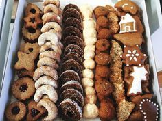 Recepty na zdravé a dietní vánoční cukroví | dietalinie.cz Christmas Sweets, Christmas Cookies, Healthy Cake, Healthy Recipes, Sweet Desserts, Winter Food, Gingerbread Cookies, Smoothies, Deserts