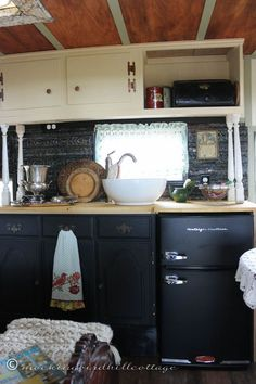 :: Love everything about this camper!  the color scheme, the lace, and the antique bed!  The Portion diner with folding table is brilliant! :: 5 trailer