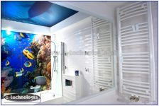 Sufit napinany z nadrukiem LED w łazience marzeń.