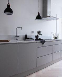 Interior design & styling: Elisa Manninen – home decorating ideas – Modern Grey Kitchen Interior, Grey Kitchen Designs, Home Decor Kitchen, New Kitchen, Interior Design Living Room, Home Kitchens, Kitchen Grey, Light Grey Kitchens, Brown Kitchens