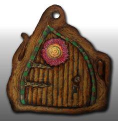 Porta de fada em tronco de árvore, pasta de modelagem pintada a acrílico (14,5 X 15,5 cm) - 14,00 euros + portes de envio.