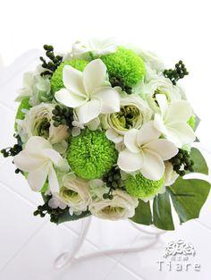 プルメリアとピンポンマムのラウンドブーケ。 グリーンでまとめて、大人っぽく。 http://ameblo.jp/flowerstudio-tiare/entry-11971381222.html  Preserved flower bouquet,  -plumeria, mum, roses