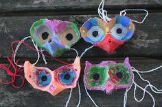 Caixas de ovos, uma tesoura, tintas e pincéis. E sai uma máscara personalizada, diferente de todas as outras que os amigos vão levar para a escola. Com o Carnaval à porta, fomos à procura de alternativas às máscaras tradicionais que pudessem ser feitas pelos próprios.