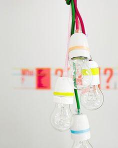 Kleine fluo accenten aanbrengen levert veel kijkplezier! Een paar eenvoudige witte porseleinen fittingen pimp je gemakkelijk met een paar stukken felgekleurde tape en strijkijzersnoeren. Maak er een lampentros van en je hebt een lichtgevend designstuk.