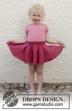Sweet curtsy / DROPS children - free knitting patterns by DROPS design Knitted skirt in DROPS fable. Free patterns by DROPS Design.de Record of K. Baby Knitting Patterns, Baby Hats Knitting, Knitting For Kids, Free Knitting, Knitting Needles, Toddler Skirt, Baby Skirt, Toddler Outfits, Drops Design