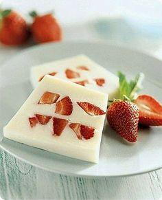 Ingredienti: per 6 persone      500 g di yogurt naturale     2 dl di panna fresca     20 g di gelatina in fogli     130 g di zucchero ...