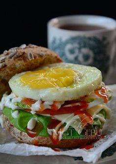 TIBA-TIBA TERBUAT EGG BENJO... - Dapur Tanpa Sempadan Chicken Foil Packets, Mayonnaise, Easy Peasy, Salmon Burgers, Good Food, Eggs, Salad, Breakfast, Ethnic Recipes